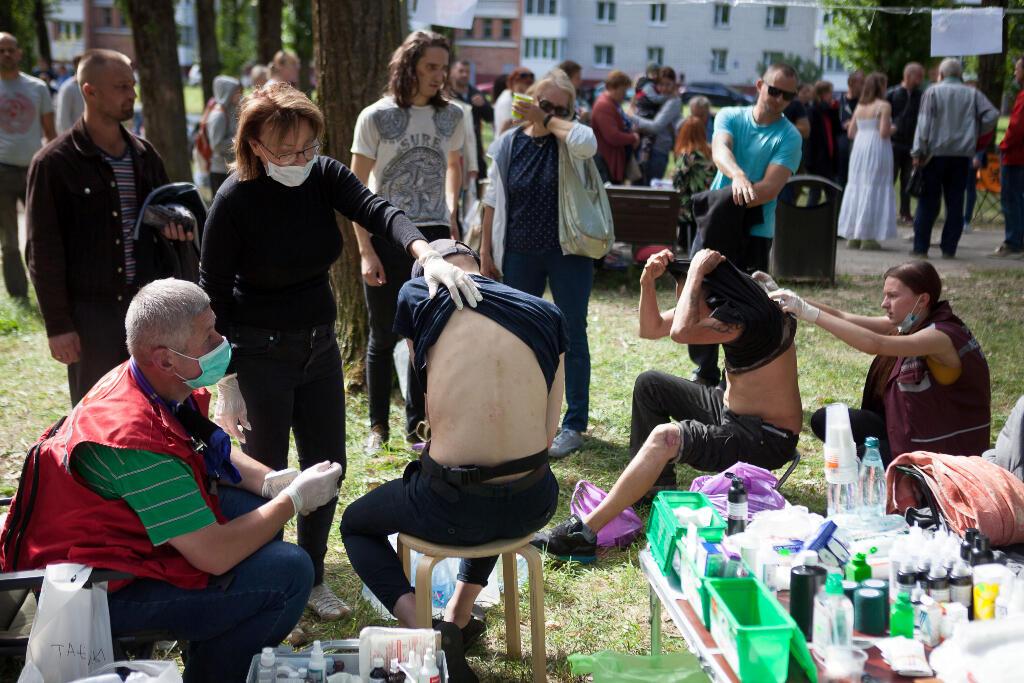 Las personas que fueron detenidas durante las recientes protestas de la oposición contra los resultados de las elecciones presidenciales reciben tratamiento médico después de ser liberadas de un centro de detención en Minsk, Bielorrusia , el 14 de agosto de 2020.