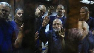 مرشد الاخوان محمد بديع بين مجموعة من قيادات الاخوان خلال احدى جلسات المحاكمة في القاهرة