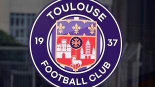 Le logo du Toulouse FC photographié le 24 août 2018 au Stadium municipal, à Toulouse