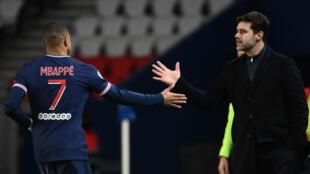 L'attaquant du PSG Kylian Mbappé félicité par son entraîneur Mauricio Pochettino, après un but contre Nîmes, le 3 février 2021 au Parc des Princes à Paris