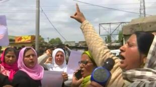 Un grupo de manifestantes en favor de la aprobación de la pena de muerte para los violadores en India.