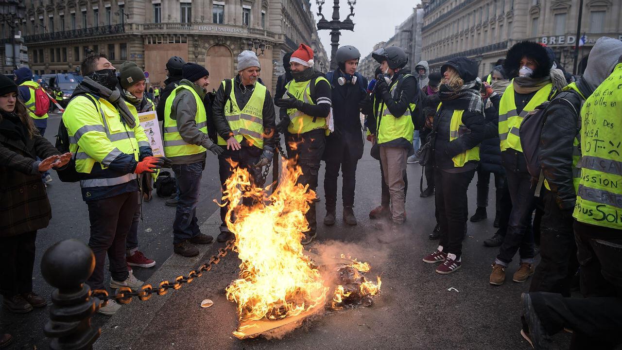 """محتجون من """"السترات الصفراء"""" في باريس في 15 ديسمبر/كانون الأول 2018."""