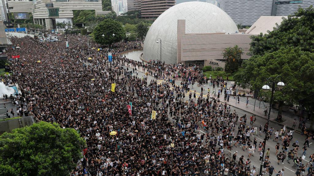 Los manifestantes contra el proyecto de ley contra la extradición marchan a West Kowloon la estación del tren a gran velocidad que conecta con China. 7 de julio de 2019.