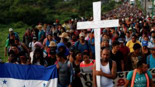Cientos de migrantes procedentes de Honduras en su mayoría se desplazan hacia Estados Unidos en la búsqueda de una mejor vida.