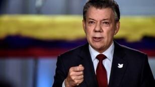 صورة نشرها مكتب الرئاسة الكولومبي للرئيس خوان مانويل سانتوس في مؤتمر صحافي في بوغوتا أعلن فيه توقيع اتفاق سلام جديد مع الفارك، 23 تشرين الثاني/نوفمبر 2016