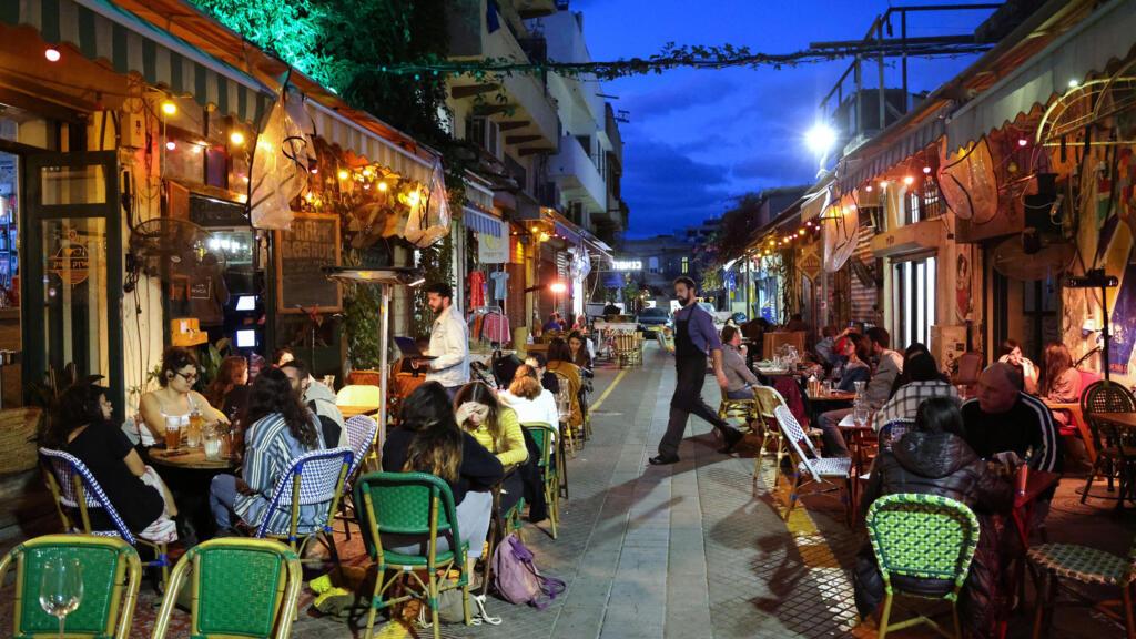 """فيروس كورونا: إسرائيل تعود """"للحياة الطبيعية"""" بعد إعادة فتح المطاعم وتطعيم 40% من السكان"""