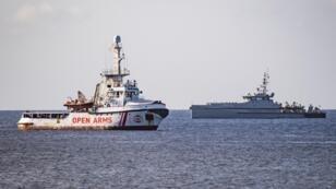 Le navire humanitaire Open Arms au large de l'île italienne de Lampedusa, le 17août2019.
