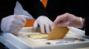 Un maire d'arrondissement LR entendu, sa mairie perquisitionnée: avec la poursuite de l'enquête sur de possibles fraudes aux procurations, le feuilleton des municipales n'en finit pas à Marseille, avec une issue incertaine, gauche et droite espérant trouver une majorité au conseil municipal.