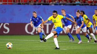 La delantera Marta lanza un penalti en el encuentro entre Brasil e Italia disputado en Valenciennes, Francia, el 18 de junio de 2019.