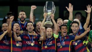L'équipe du FC Barcelone lors de la présentation du trophée, le 11 août 2015.