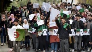 طلاب جزائريون يحتجون من داخل الحرم الجامعي في جامعة الجزائر في العاصمة ضد ولاية خامسة لبوتفليقة في 26 فبراير/شباط 2019