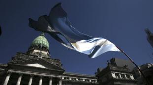 La bandera nacional argentina ondea frente al Parlamento, después de la inauguración del 136 período de sesiones ordinarias del Congreso de la Nación en Buenos Aires (Argentina),01 de marzo de 2018.