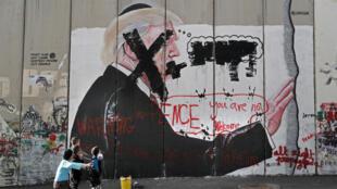 Un graffiti vandalisé représente Donald Trump, dans l'ouest de la ville de Béthléem.
