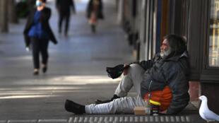 Un mendiant dans un quartier d'affaires de Melbourne, le 2 septembre 2020
