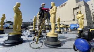 Dernier coup de peinture pour les statues des Oscars avant la remise des prix dimanche soir.