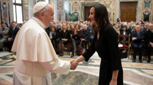 El Papa Francisco saluda a las personas durante una reunión con los miembros de la Asociación Italiana de Prensa Extranjera en la Sala Clementina en el Vaticano, 18 de mayo de 2019.