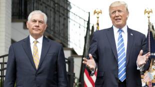 Rex Tillerson et Donald Trump, photographiés côte à côte le 11 août 2017.