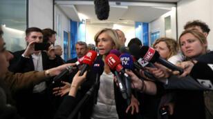 Valérie Pécresse s'adresse aux journalistes alors qu'elle quitte une réunion au siège des Républicains, à Paris, le 27 mai 2019.