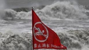 Una bandera de advertencia junto en una playa en Suao, en la víspera del paso de un tifón en las costas del este de Taiwán el 8 de agosto de 2019.