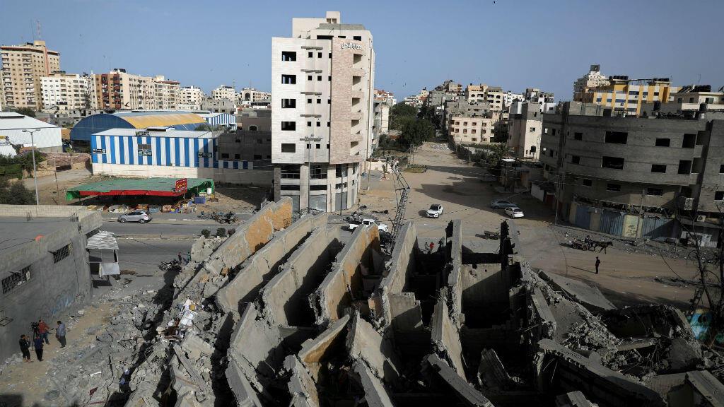 Esta panorámica muestra los restos de un edificio que fue destruido por ataques aéreos israelíes en la ciudad de Gaza, el 6 de mayo de 2019.