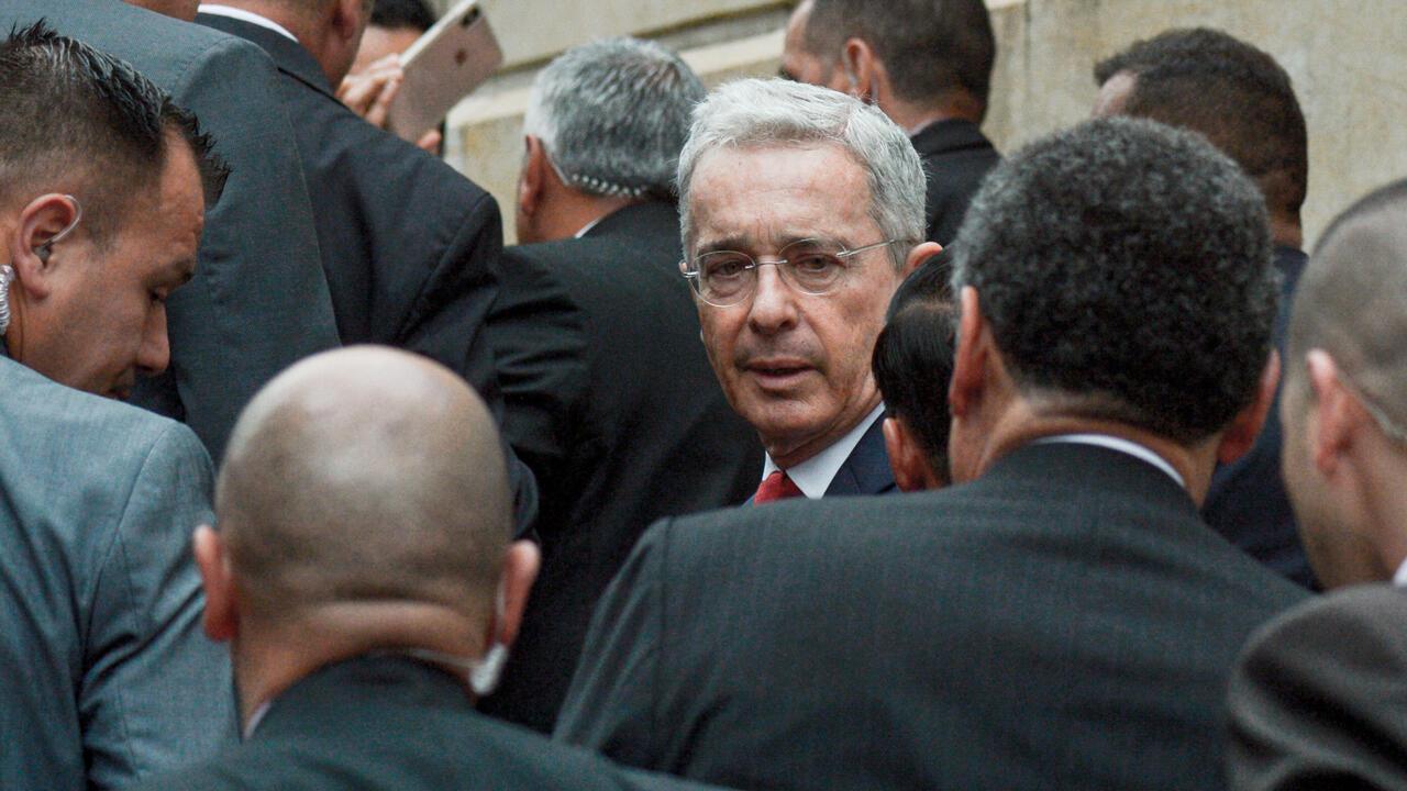 Archivo: El expresidente colombiano (2002-2010) y senador Álvaro Uribe (C) llega al Palacio de Justicia para una audiencia ante la Corte Suprema de Justicia en un caso sobre manipulación de testigos en Bogotá, Colombia, el 8 de octubre de 2019.