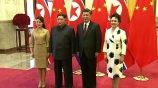 صورة مأخوذة عن التلفزيون المركزي الصيني للزعيم الكوري الشمالي كيم جونغ-أون والرئيس الصيني شي جينبينغ وزوجتيهما في بكين، 27 من آذار/مارس 2018