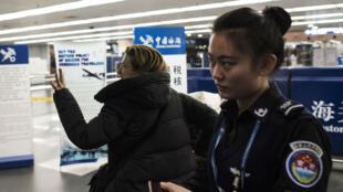 La correspondante française de L'Obs, Ursula Gauthier, à l'aéroport de Pékin avant d'embarquer pour Paris.