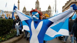 Un manifestante sostiene una bandera durante un mitin independentista pro escocés en Glasgow, Escocia , el 2 de noviembre de 2019.