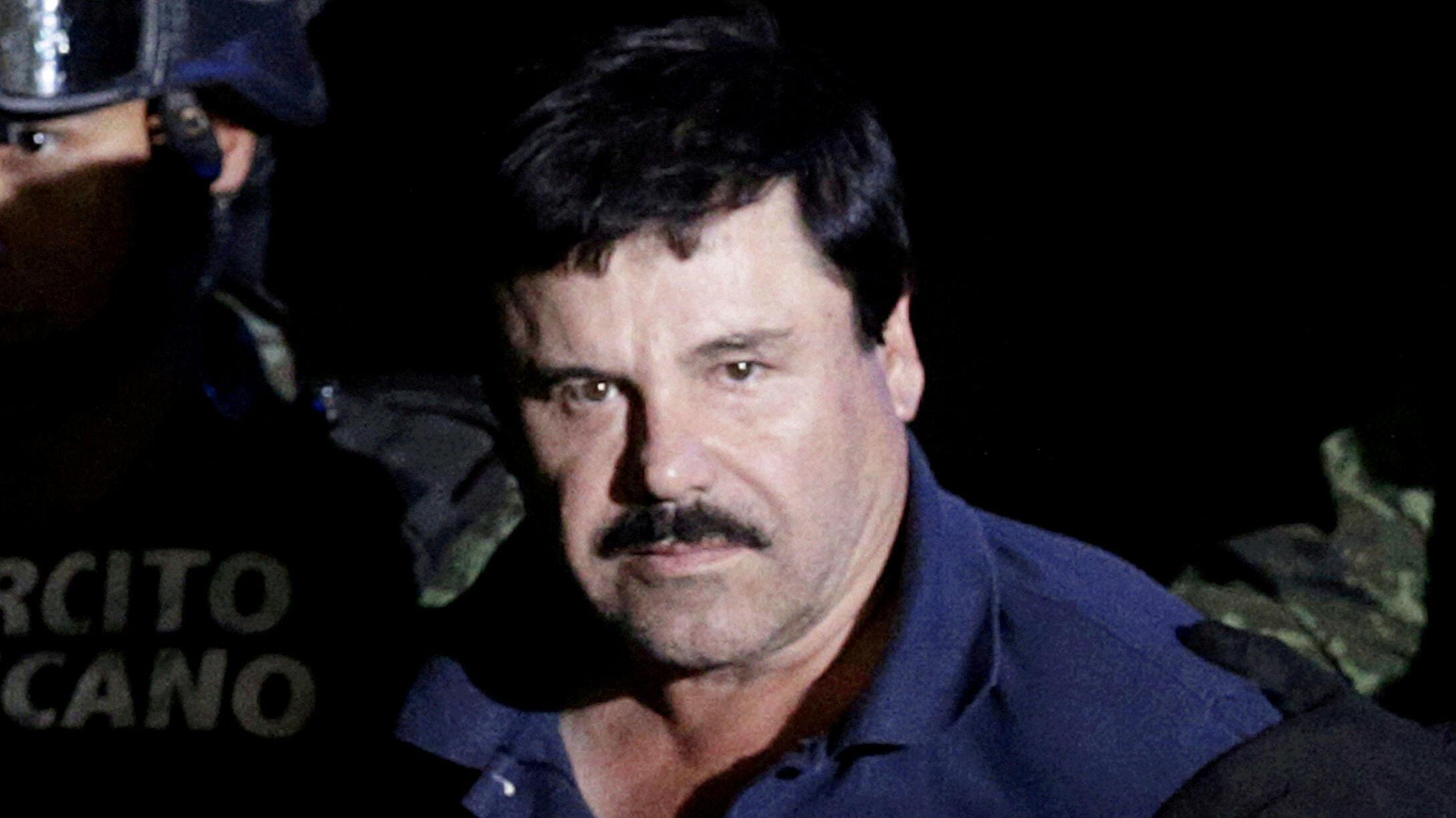 """Joaquín """"El Chapo"""" Guzmán es escoltado por soldados en el hangar del Fiscal General en la Ciudad de México, México, el 8 de enero de 2016."""