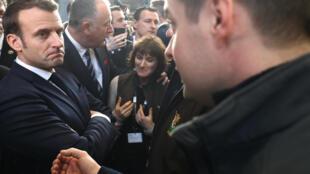 Emmanuel Macron rencontre des agriculteurs de l'Aubrac lors du 57e Salon international de l'agriculture, à Paris, le 22 février 2020.
