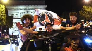 Les supporters parisiens fêtent la qualification du PSG sur les Champs-Elysée à Paris, le 18 août 2020, dans la foulée de sa victoire sur Leipzig à Lisbonne