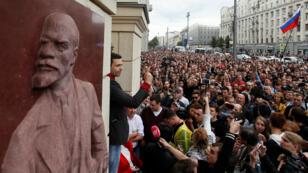 """معارض يخاطب مؤيديه خلال حركة الاحتجاج للمطالبة """"بانتخابات نزيهة"""" في موسكو، 14 يوليو/تموز 2019."""