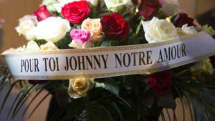 Un bouquet de fleurs en hommage à Johnny Hallyday décédé, mercredi 6 décembre 2017.