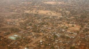 صورة من الجو لمدينة الفاشر كبرى مدن إقليم دافور الشمالي التقطت في 23 تموز/يوليو 2008