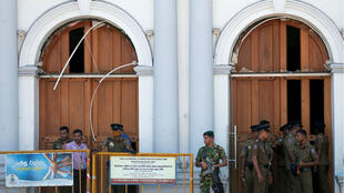 Varios militares mientras hacían guardia ante el Santuario de San Antonio después del registro de una explosión en Colombo, Sri Lanka, el 21 de abril de 2019.