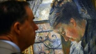 رجل يشاهد لوحة لبيسارو