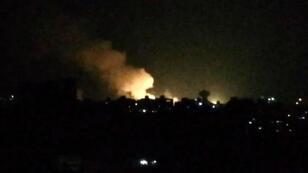 De la fumée s'échappe de bâtiments près de Damas, après une attaque aérienne israélienne dans la nuit du 1er juillet 2019.