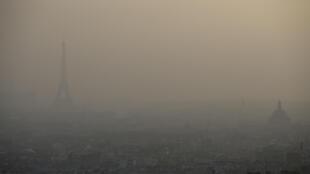 Brume de pollution sur Paris, le 11 mars 2014