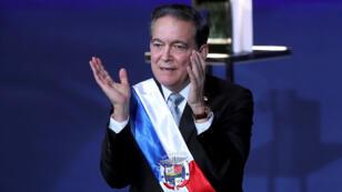 El presidente de Panamá, Laurentino Cortizo, aplaude tras su discurso de investidura este 1 de julio en Ciudad de Panamá