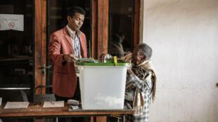 Une Malgache âgée dépose son bulletin dans l'urne à Antanarivo, le 18 décembre 2018.