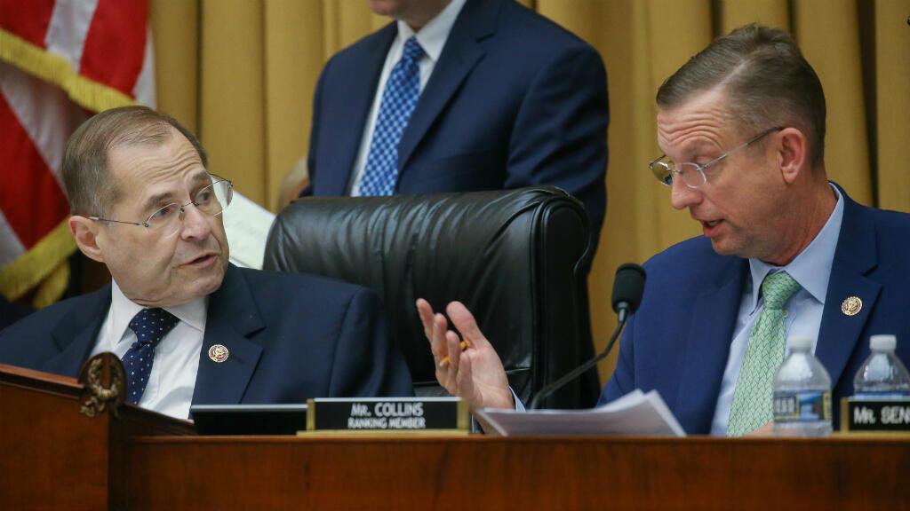 El presidente del Comité Judicial de la Cámara de Representantes, Jerry Nadler (D) y el congresista republicano Doug Collins (I) participan en un debate sobre declarar o no en desacato al fiscal general William Barr. Washington, EE. UU., 8 de mayo de 2019.