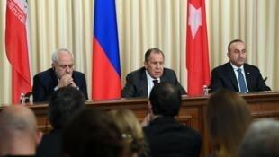 وزير الخارجية الروسي سيرغي لافروف يتوسط نظيريه الإيراني جواد ظريف والتركي تشاوش أوغلو