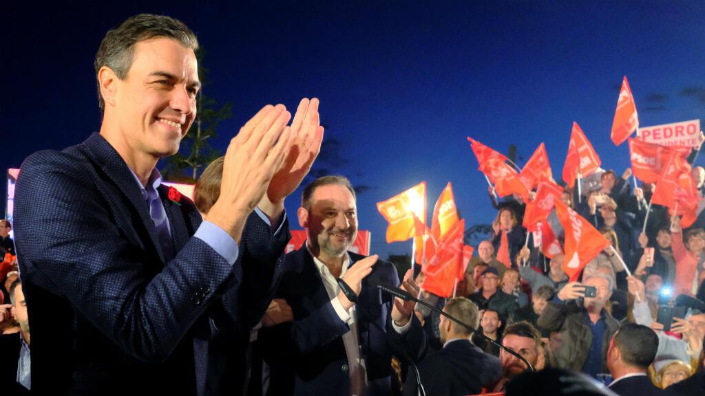 El presidente español, Pedro Sánchez y líder del Partido Socialista Obrero Español (PSOE), asiste a un mitin de campaña electoral en Valencia, España, 26 de abril de 2019.