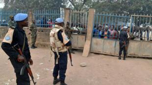 Un casque bleu protège un bureau de vote à Bangui en Centrafrique, en février 2016.