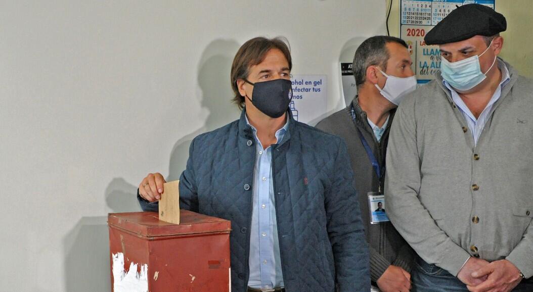 El presidente Luis Lacalle Pou vota durante las elecciones departamentales y municipales de su país. En Montevideo, Uruguay, el 27 de septiembre de 2020.