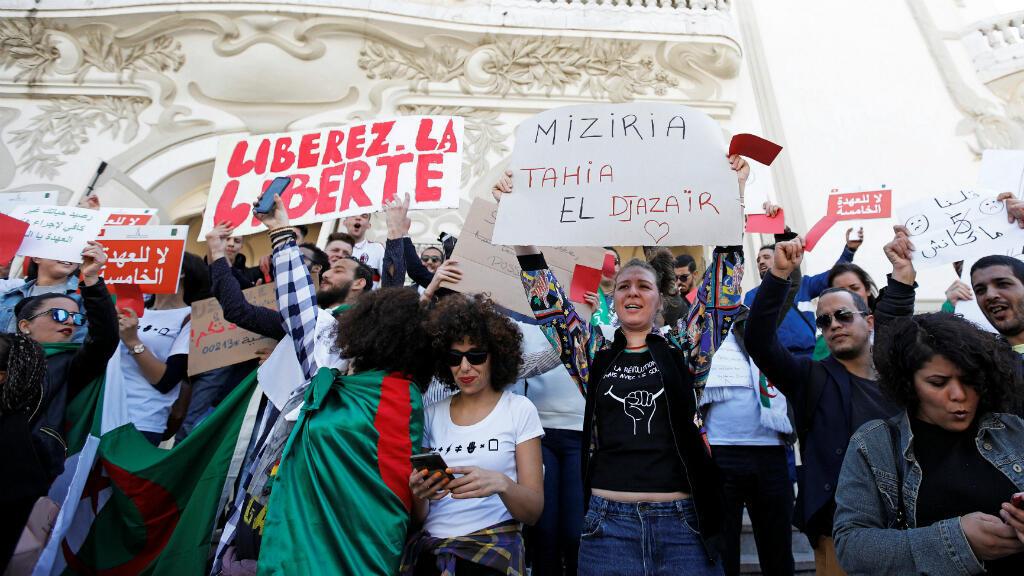 Decenas de personas se manifiestan en Túnez en solidaridad con las protestas de Algeria