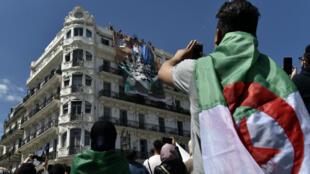 """Des étudiants algériens lors d'une manifestation à Alger, le 30 avril 2019, demandent le départ du """"système"""" et que les proches de l'ancien président Abdelaziz Bouteflika soient jugés."""