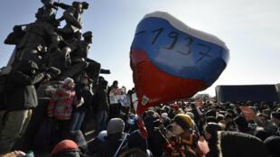 Partidarios del líder de la oposición rusa Alexei Navalny asisten a una concentración para boicotear las elecciones presidenciales del 18 de marzo en Vladivostok, el 28 de enero de 2018.