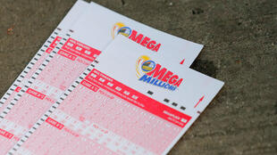 Tiquetes de la lotería Mega Millions que entregará premio récord en Estados Unidos.
