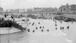 Tropas canadienses desembarcan en área de Juno Beach en Bernieres Sur Mer el 6 de junio de 1944.